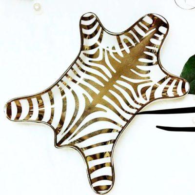 Produktbild, fat i form av en zebrafäll.