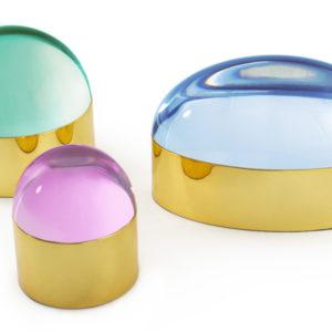 Produktbild, en grön, en blå och en rosa glaskupol med gyllene fot.