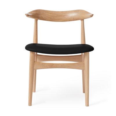 Produktbild, stol i ljust trä med svart sittdyna.