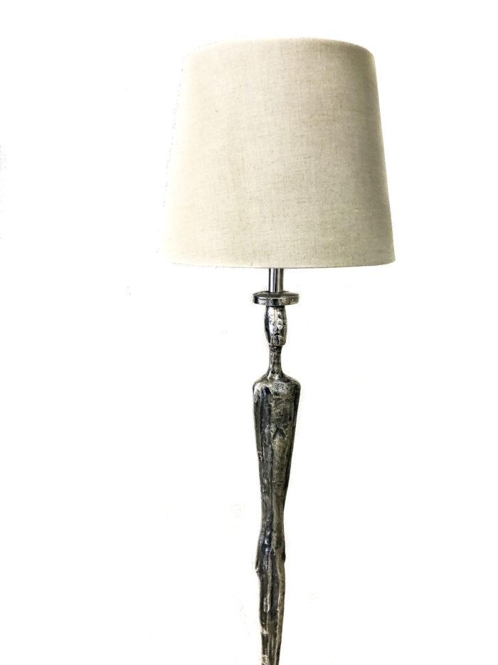 Produktbild, golvlampa med fot i form av en man.