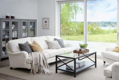 Produktbild, vit soffa med rundade armstöd.