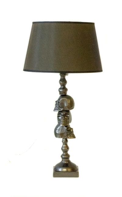 Produktbild, bordslampa med dödskallar på foten.