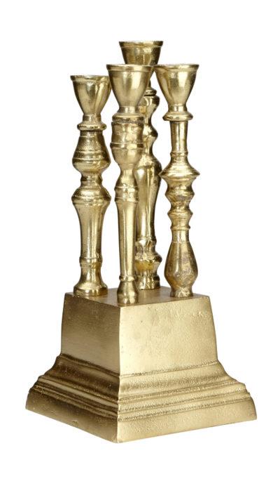 Produktbild, ljusstake med flera armar. I guld.