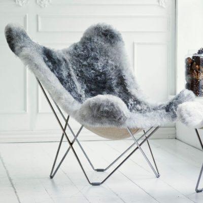 Produktbild, fåtöljen Iceland Mariposa i grått. Sittdyna i grått fårskinn.