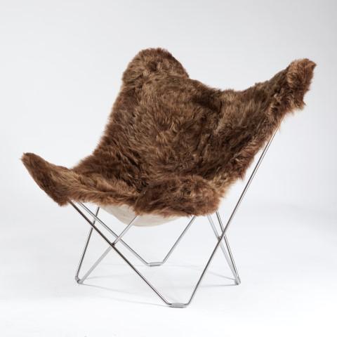 Produktbild, fåtöljen Iceland Mariposa. Sittdyna i brunt fårskinn.