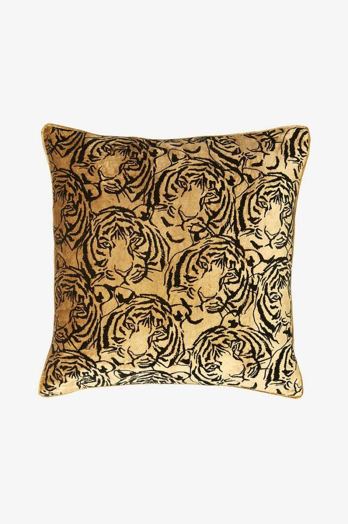 Produktbild, kvadratisk kudde med tigermönster.