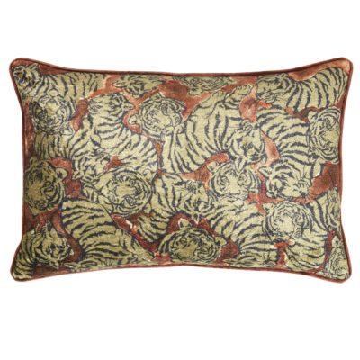 Produktbild, brunröd kudde med tigermönster.