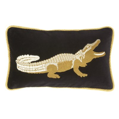 Produktbild, svart kudde med broderad krokodil i guld.